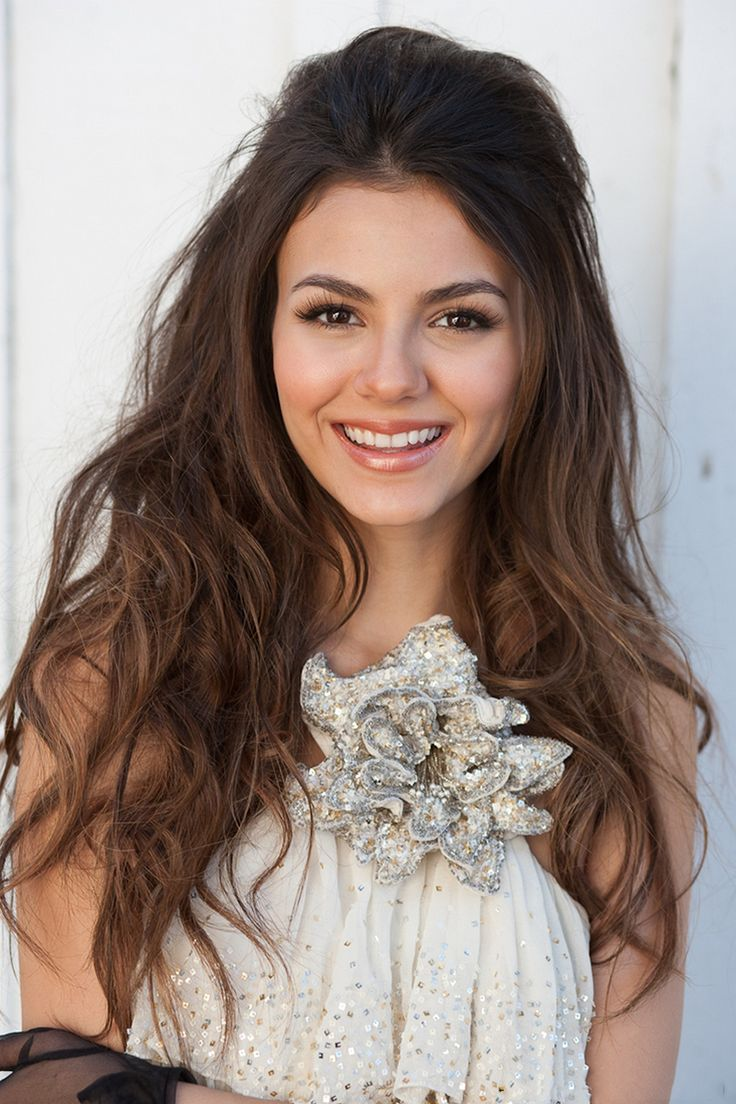 Victoria's Justice's messy pompadour half up half down hairstyle Pinterest : Elisa Gyn
