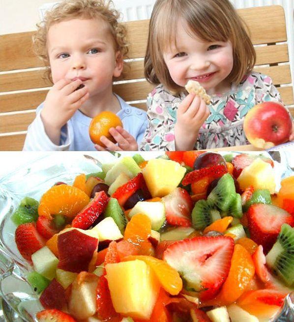 Es muy importante que desde pequeños, los niños aprendan a alimentarse de forma saludable, a tener buenos hábitos de nutrición y que sepan qué alimentos los ayudan a ser sanos.  Preocúpate siempre de tener fuentes de alimentos saludables, para los niños que lleven colaciones poco aptas para sus edades, incítalos a comer frutas, verduras, frutos secos, huevo, quesos, entre otros.  Si tienes una fuente con ricos y sanos alimentos a la vista, sin duda se entusiasmaran por probarlos…