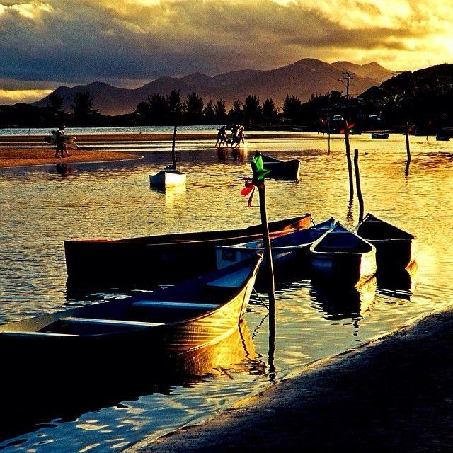 A Praia da Guarda do Embaú está localizada no município de Palhoça (SC) a 50 Km da capital Florianópolis. Uma vila de pescadores com um rio que corta a praia e deságua no mar através de um canal proporcionando assim duas opções de lazer. Foto: @fotodobrasil