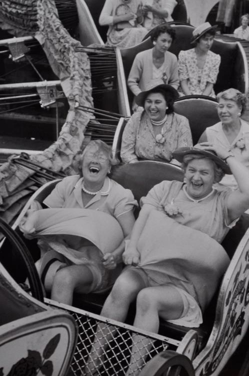 Con faldas. Grace Robertson es una fotógrafa inglesa (nacida en Manchester en 1930) que ha sido una notable, además de pionera, fotoperiodista que mostraba con cariño la vida diaria de la mujer trabajadora. Utilizó el pseudónimo masculino Dick Muir para poder trabajar en sus comienzos en los años 50.