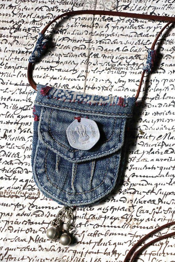 Pendentif textile fabriqué à partir dune poche dune petite jupe en jeans. Je lai décorée avec une pièce indienne ancienne des morceaux de tissu hmong , teints à lindigo. Dans le bas du pendentif, jai accroché deux clochettes argentées. Le collier est en suédine décorée par deux morceaux de tissu hmong. Dimensions: 7,5 X 9 cm