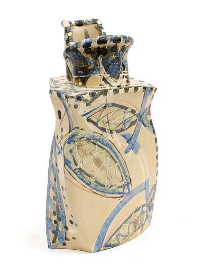 Geglazuurde steengoed vaas Blue Vessel met abstracte opgelegde decoratie in wit en blauw ontwerp uitvoering Alison Britton in eigen atelier Engeland 1985