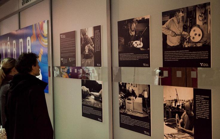 Dokumentární fotografie zachycující zrod Flory florbal. Výstava na Superfinále 2013 v O2 aréně.