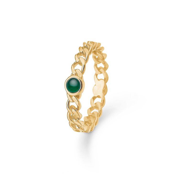 POETRY ring i 14 karat guld med smaragd.   Æstetisk ring med karakteristisk pansermønster i forløb. En grøn smaragd giver ringen et smukt særpræg og tilføjer kant til dit udtryk.   POETRY ringen er fra Mads Zieglers Gold Label kollektion.