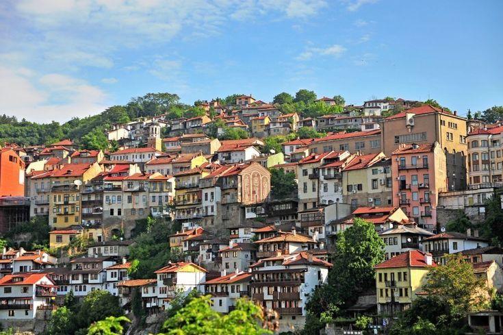 Bulgarije, Veliko Tarnovo Een pak gezelliger dan de grootsteden is het bekende plaatse Veliko Tarnovo. Met zijn smalle straatjes en traditionele huizen is dit één van de meest pittoreske steden. Blikvanger: de ruïne van de Tsarevets Citadel, een restant van het Tweede Bulgaarse Rijk met een prachtig panorama over de middeleeuwse stad.