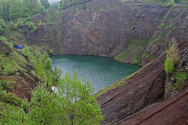 Rhön - Steinbruch schwarze Berge mit Basaltsee
