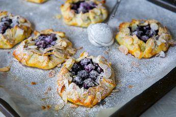 Söta minipajer fyllda med blåbär, ljuvliga att servera till fikat med glass eller vaniljsås. Om du vill slänga ihop dessa på alltid så kan du köpa en rulle färdig pajdeg, trycka ut små rundlar och fylla degen. Blir supergott det med! Recept på en stor blåbärspaj hittar du HÄR! Ca 8 st små pajer Pajdeg: (läs tips nedan) 3 dl vetemjöl 125 g smör 2 tsk vaniljsocker Ca 3 msk iskallt vatten Fyllning: 400 g blåbär (djupfrysta eller färska) 0,5 dl florsocker 2 msk majsstärkelse 1 tsk vaniljsocker…