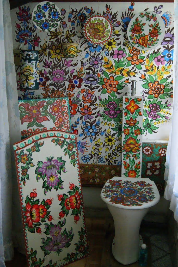 Banheiro todo pintado com os motivos florais característicos de Zalipie, a 'vila pintada' localizada na comuna de Gmina Olesno, condado de Dąbrowa, região da Pequena Polônia, na Polônia.  Fotografia: TeresaSpy - Spychała no Panoramio.