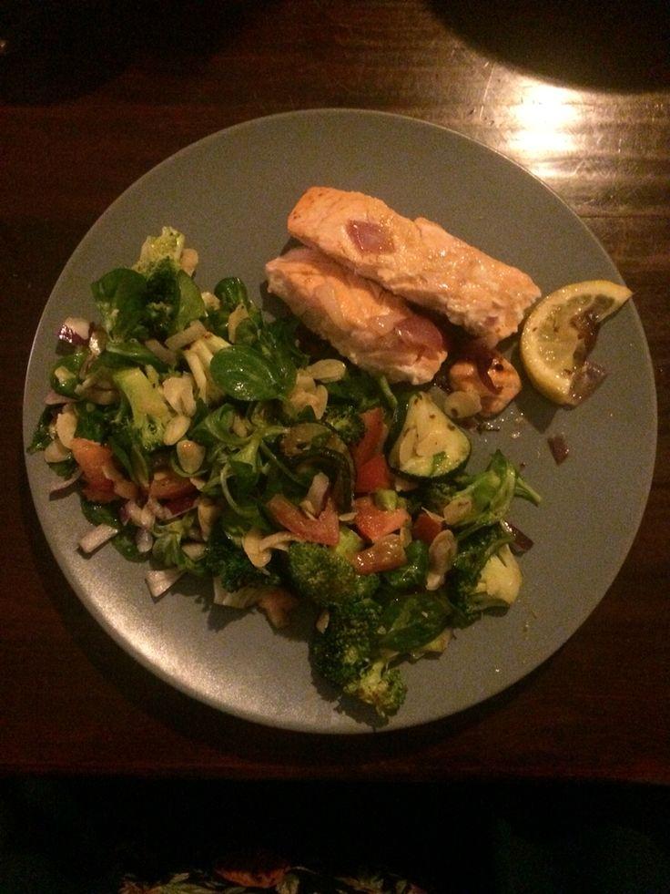 Gebakken zalm met een salade van gegrilde courgette, broccoli, rode ui, tomaat, veldsla en amandelschaafsel. Met een dille-citroen-mayonaise-dressing
