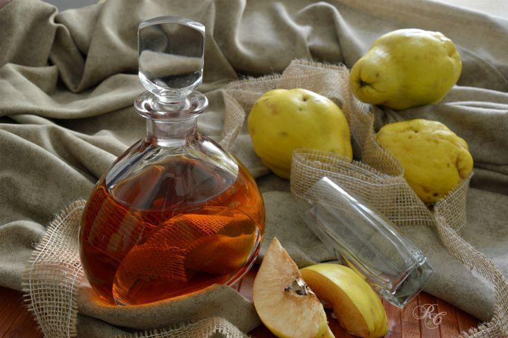 Il liquore di mele cotogne è un ottimo digestivo (e quindi va bevuto a fine pasto) ed è un rimedio naturale per il mal di stomaco. Per questo motivo ...