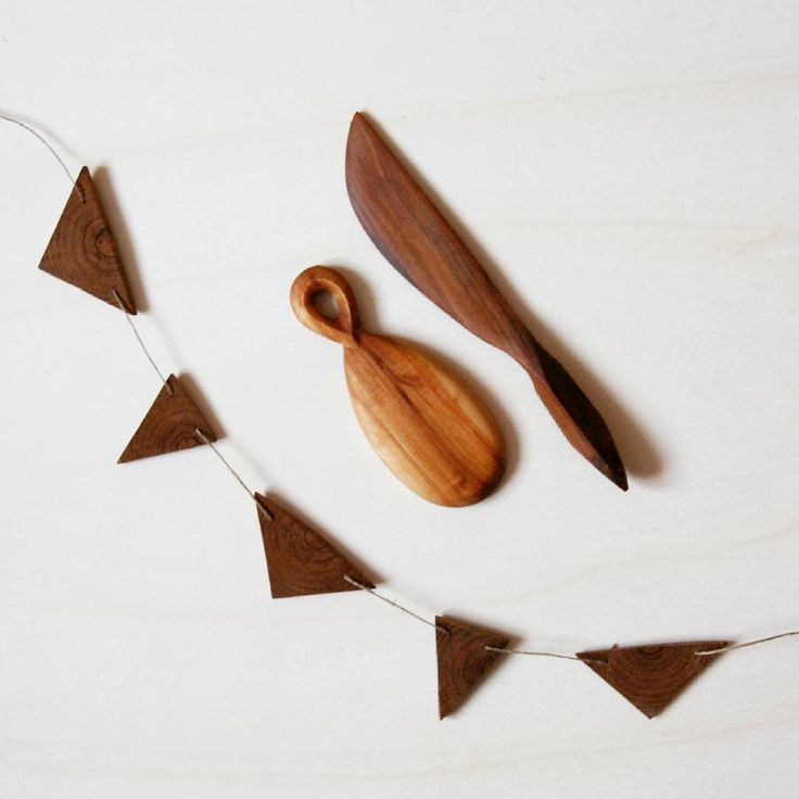 Oiled at last :) The garland and the butter-knife took such a deep, brown color they look like they're made of walnut, but it's plum tree wood. #finished #wood #carving #woodcarving #scoop #butterknife #woodentriangles #triangle #garland #plumtreewood #plum #silverbirch #birch #ecofriendly #kcrmcrafts