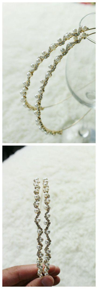Cintillo dorado, de brillantes y perlas pequeñas, delicado (es solo uno). $3.500