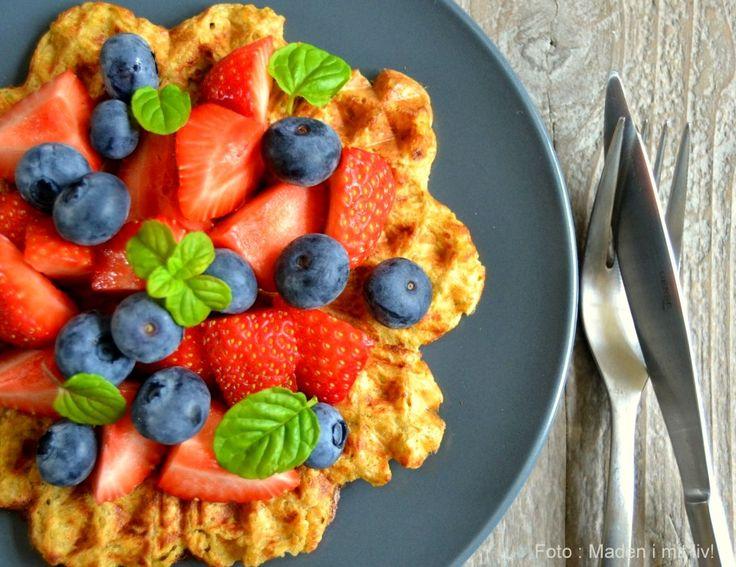 Super god opskrift på lækre morgenmadsvafler med frugt - laves på havregryn, mælk, æg og krydderier og er lige så gode til morgenmad som havregryn med mælk.