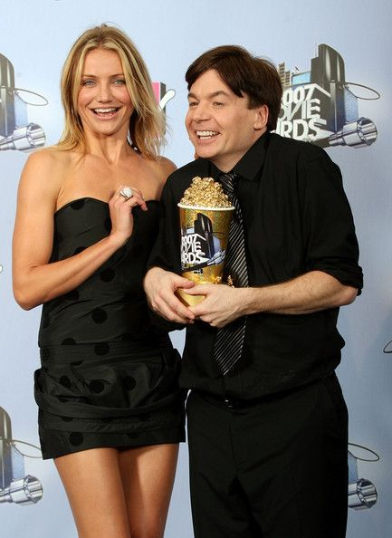 Cameron Diaz Photos Photos - Presenter Cameron Diaz (L) and actor/comedian Mike Myers pose with his 'Generation Award' in the press room during the 2007 MTV Movie Awards held at the Gibson Amphitheatre on June 3, 2007 in Universal City, California. - The Press Room at the 2007 MTV Movie Awards