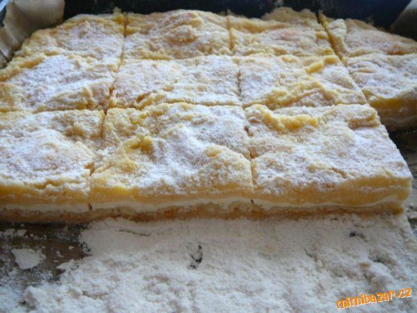 ***SYPANÁ TVAROHOVÁ BUCHTA-BEZ TĚSTA!!(rychlovka a hrozná dobrota)*** 3 hrnky pol.mouky, 1 hrnek cukru krupice,1 vanil.cukr, rozinky (nemusí být), 1 prdopeč, 125g tuku (Hery či jiné), pečící papír... NÁPLŇ: 3 tvarohy (v papíru-ne vanička), 1 vejce, 1 hrnek cukru, 1 vanil.cukr, 500ml mléka...pokud dáte jen 2 tvarohy..dejte méňě mléka i cukru  POSTUP PŘÍPRAVY  Smíchej mouku, cukr, vanil.cukr a prdopeč. Polovinu této směsi /cca2hrnky/ nasypeme na plech vyložený pečícím papírem. Náplň bude řidší