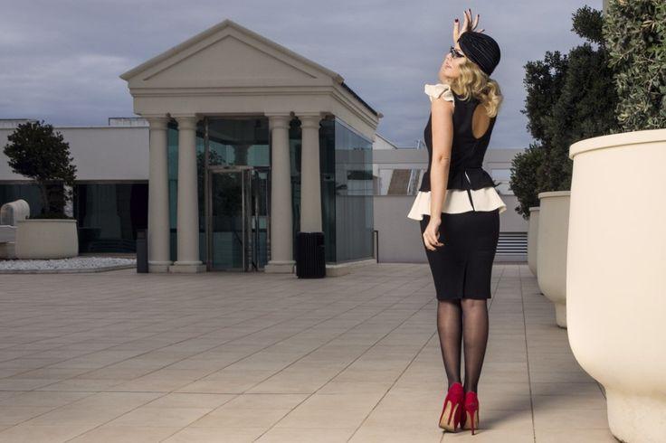 Vestido de tubo SCARLETT de Presumidas en color negro y blanco roto y con corte doble peplum a la cadera. Acabado con aseos y cremallera trasera. El tejido es elástico y muy cómodo. El largo de la falda es de 60 cm. #Presumidas #soypresumida #PresumidasElegance #moda #moda50s #años50 #1950sfashion #ropavintage #modavintage #vintagestyle #vintageoutfits #vintagetrends #pinup #pinupgirl #fiftties #fifttiesstyle #fifttiesgirl #cool #estampadosvintage