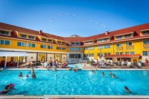 Quality Hotel & Resort Kristiansand. Ligger ved Kristiansand Dyrepark og fornøyelsesparken Kardemommeby.