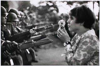 Marc RIBOUD.La jeune fille à la fleur.1967.