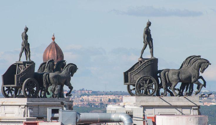 Estatuas en el cielo de Madrid