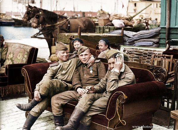 Советские солдаты на диване в порту на острове Борнхольм.