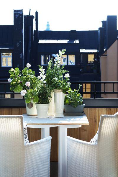 Den soliga altanen på taket är en oas. Panel är gjord i lärkträ. Fåtöljer och bord från Newport. Keramikkrukorna har familjen samlat på sig genom åren.