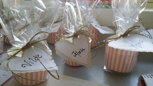 Bordkort til konfirmasjonen neste helg. Cupcakesbeger med pikekyss oppi og bordkort utapå.