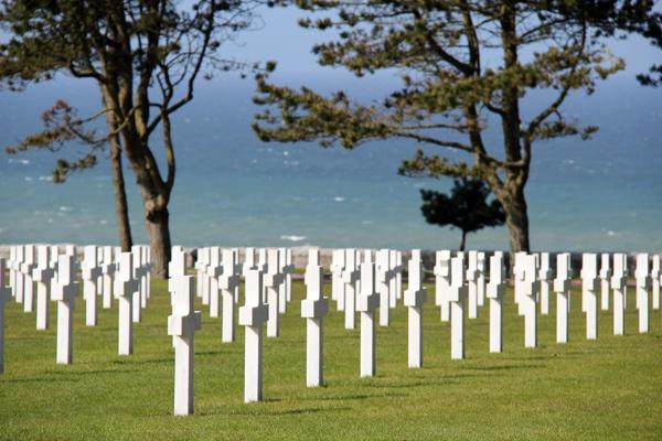 cimetière américain de Colleville sur Mer avec Omaha beach (la plage la plus célèbre du débarquement) et la mer en arrière plan, Calvados (Basses-Normandie)