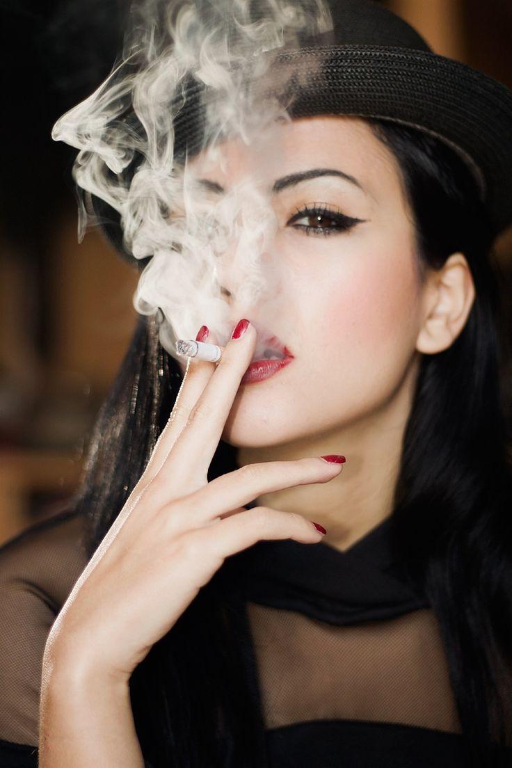 Курит женщина картинка