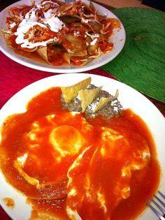 Desayunos mexicanos: huevos, chilaquiles y frijoles refritos