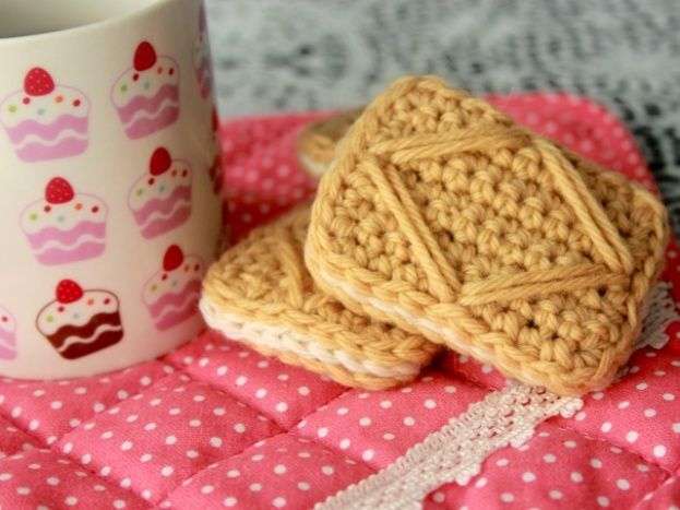 Make It: Crochet Custard Creams - Free Pattern & Tutorial #crochet #amigurumi