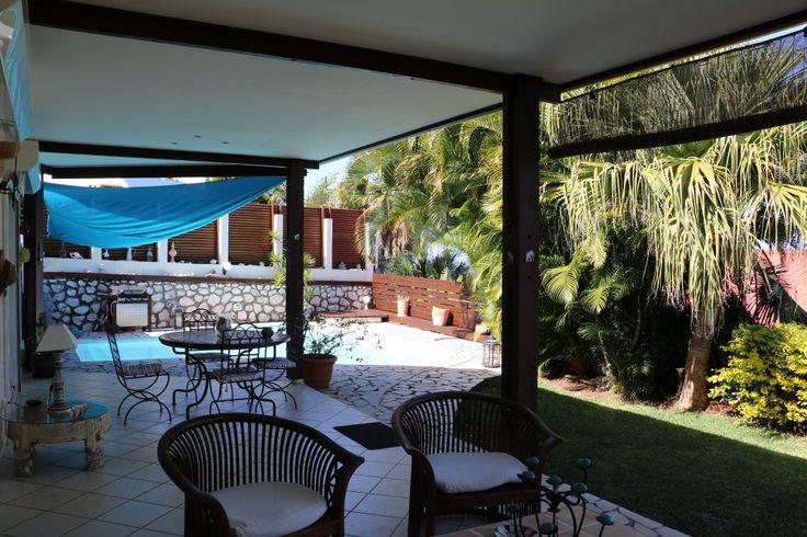 Villa 195m² sur 521m² de terrain clos et arboré. Vue mer avec piscine. 2 dépendances.