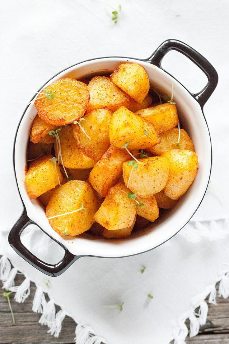 Foto: GEROOSTERDE AARDAPPELEN Vind jij aardappelen ook zo lekker? Maak deze geroosterde aardappelen in de oven om lekker krokante aardappelen met een zachte binnenkant te bakken. Recept onder de knop BRON. Geplaatst door ohmydish op Welke.nl