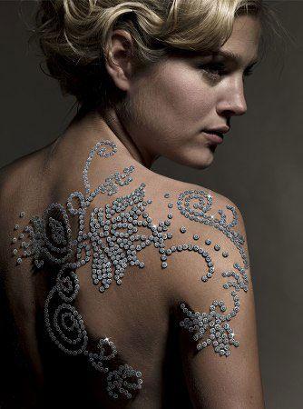 De duurste tattoo ter wereld is ontworpen door de Zuid-Afrikaanse juwelier Shimansky en helemaal gemaakt van diamanten.  Kosten ??924.000 dollar (750.000 euro). Het Zuid-Afrikaanse model en tevens ambassadrice van Shimansky, Minki van der Westhuizen, showt trots de tatoeage die voor een keertje niet bestaat uit inkt. De diamanten zijn op het lichaam geplakt met lijm op waterbasis, waardoor de versiering slechts tijdelijk is. Het duurde in totaal acht uren om de tattoo aan te brengen.