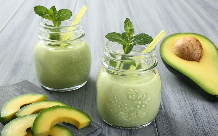 Salatada görmeye alışık olduğumuz avokadoyu, süt, yeşil elma, bal ve nane ilavesiyle smoothie hazırlığında kullanıyoruz.