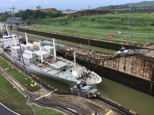 The 'mules' pushing a ship through the Panama Canal #Panama #PanamaCanal #RTW #JulesVernex2 More on our stay in Panama in our travel blog julesvernex2.com