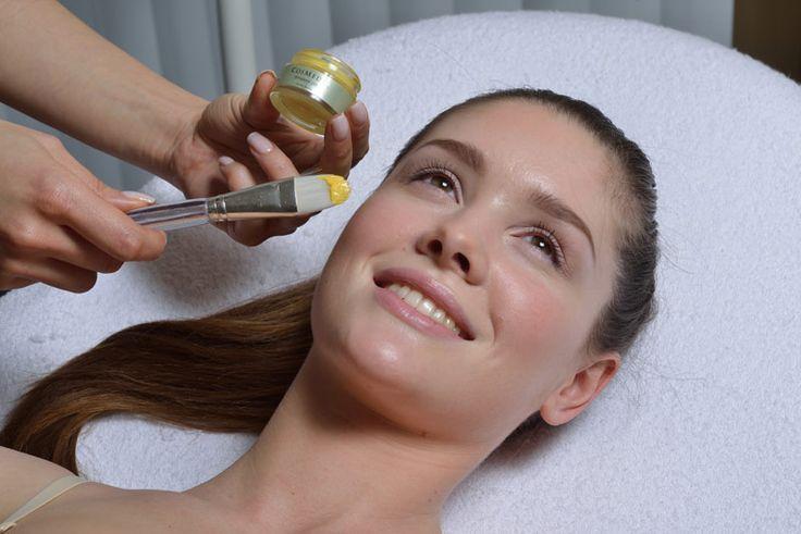 Пилинг   Косметический пилинг – это ни что иное, как процедура очищения самых глубоких слоев кожи с помощью различных кислот. Оказывая разрушающее воздействие на клетки, правильно проведенная процедура запускает процесс регенерации кожи. Другими словами, после активного травмирования начинается естественный процесс восстановления. На месте старых грубых клеток появляются молодые и здоровые, наполненные всеми необходимыми витаминами и элементами. Уже после проведения первой процедуры вы…
