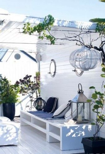 Détour vers l'océan avec cette petite terrasse d'une maison de l'île de Ré. La transparence des plaques en PVC ondulé pour couvrir la pergola renforce la magie de l'espace. Le PVC transparent assure une protection sans problème et permet de mettre en avant l'ambiance blanc bleu sans atténuer l'effet lumineux du blanc.