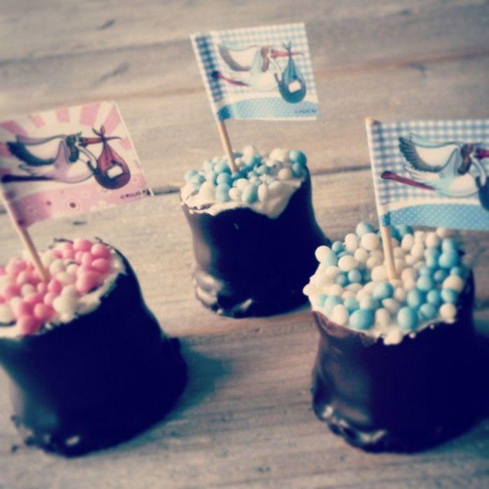 Negerzoenen met rose of blauwe muisjes, erg makkelijk om te maken en veel lekkerder dan een beschuit :-)