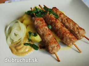 Fotorecept: Čevapčiči - Toto srbské národné jedlo sa varí z jahňacieho mäsa. V našich podmienkach sa varí z bravčového a hovädzieho.