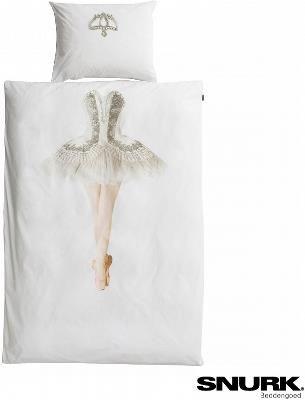 Pościel z nadrukiem - Ballerina - Czy jesteś gotowa na owację i niewiarygodny aplauz w swoim własnym pokoju? Poczuj się jak jedna z tancerek Polskiego Baletu Narodowego i śnij o perfekcyjnych plié, chassé oraz arabesque. Dzięki tej pościeli każdej nocy skradniesz magię tanecznego sukcesu jako niezrównana primabalerina!