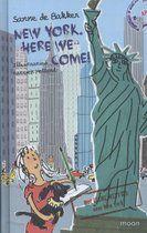 Na bijna drie maanden in Suriname te hebben rondgereisd, gaat de familie De Mol naar New York. Sinds ze de jackpot in de Staatsloterij hebben gewonnen, maken ze een wereldreis. Natuurlijk nemen ze Floortjes demente oma en haar Surinaamse oppas, Anansi, mee. Maar wie is toch die fotograaf die hen achtervolgt? En zijn de spookverhalen die Anansi vertelt waar gebeurd?