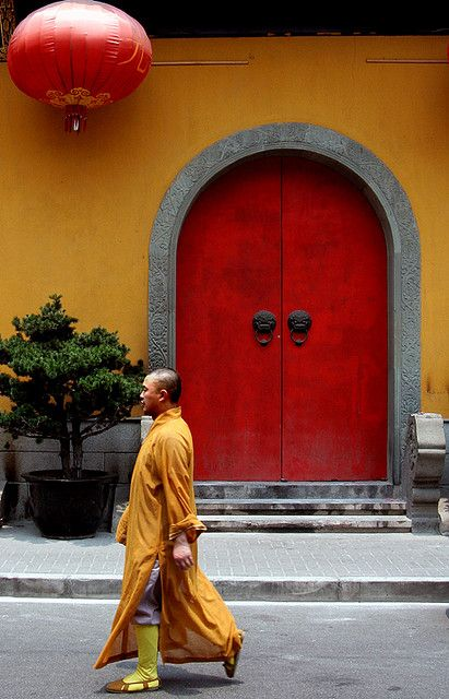 Shanghai: Jade Buddha Temple (loved seeing the monks wander around... one asked for a picture with me!)