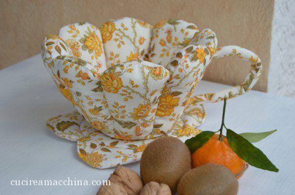 Tutorial gratuito di cucito creativo per realizzare una grossa tazza in stoffa portatutto con piattino. Cartamodelli gratuiti da scaricare. Tecnica di base.