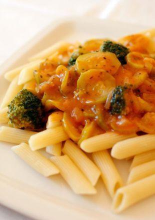 Penne z brokułami i cukinią w sosie pomidorowym