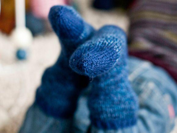 Nostalgia-villasukat on neulottu 7 Veljestä -langan juhlaversiosta, jota on terästetty sinisellä. Ohjeessa on neljä kokoa ja vaihteeksi vähän toisenlainen kantapää.Kengän koko: 26(30)38(42)Langanmenek...