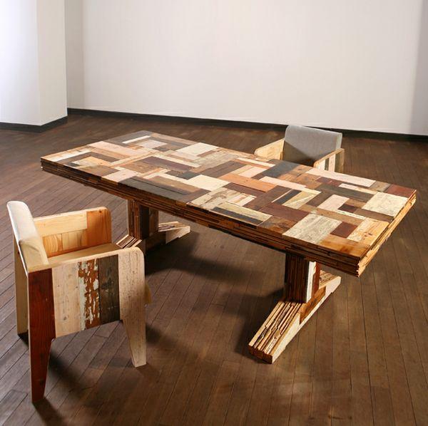 Tavolo fatto con pezzi di legno riciclato e cassette della frutta