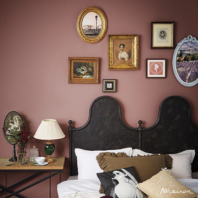 앤티크한 프레임의 액자를 여러 개 걸어 클래식 빈티지를 연출한 침실! 곡선이 두드러지는 소품들을 함께 매치해도 좋아요. #메종#집#인테리어#침실#빈티지무드#maisonkorea#home#house#bedroom#vintagemood