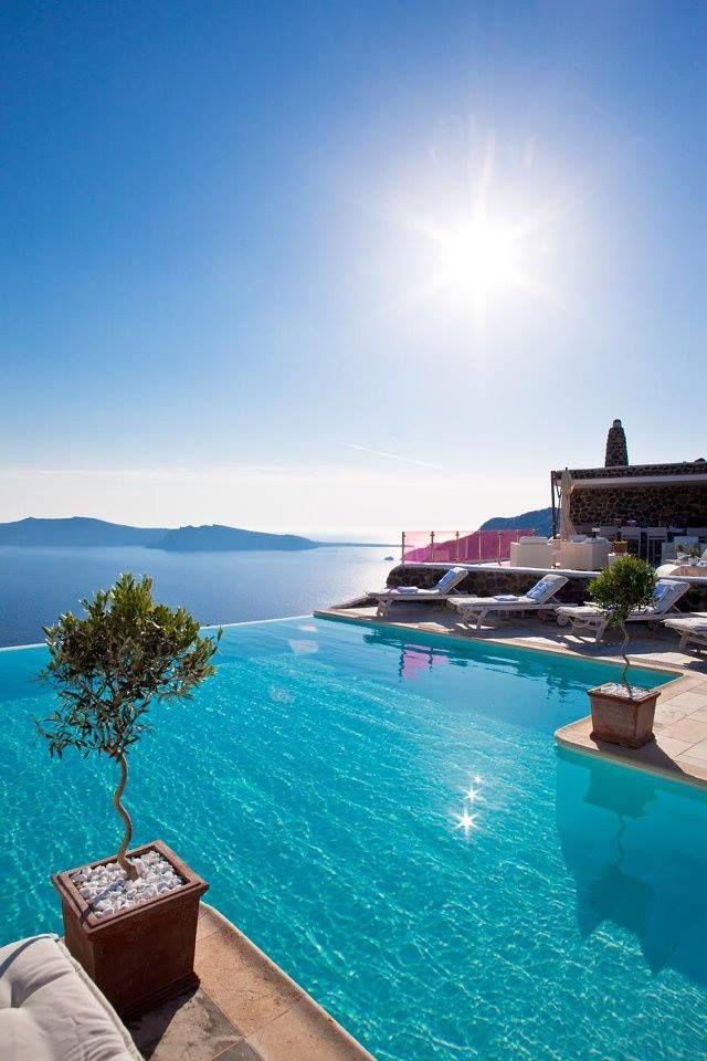 Une piscine à la vue imprenable sur la Méditerranée ! #dccv #pool #piscine #jardin #design #santorini #greece #greekislands