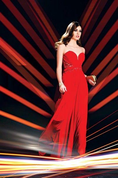 Vestido strapless en color rojo con drapeado en la parte frontal y cristales con encaje. Bolso tipo clutch con diseño de pavo real. Brazalete de cristales en color dorado. Argollas en color dorado con diseño de óvalo. #Moda #ModaElSalvador #LPGElla #VestidodeFiesta #PartyDress #Red #Rojo