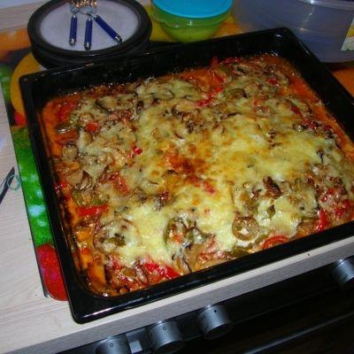 Hackfleischpizza ist keine Pizza im klassischen Sinn. Als Boden dient hier Gehacktes. Das ideale Partygericht. Lecker und gut vorzubereiten.